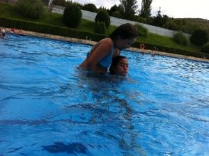 Menudas nadadoras de natación sincronizada